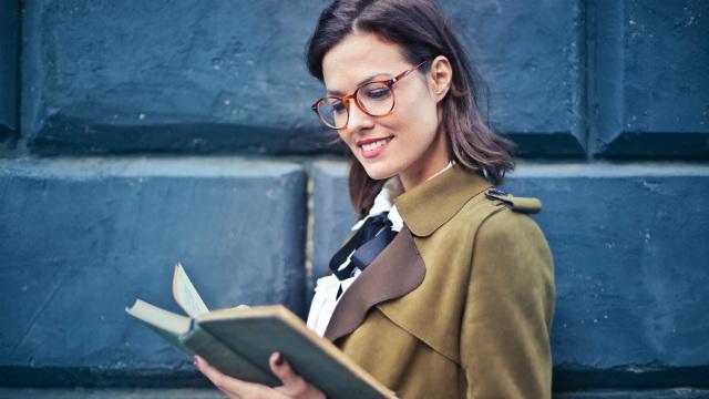 uma mulher está lendo a Bíblia