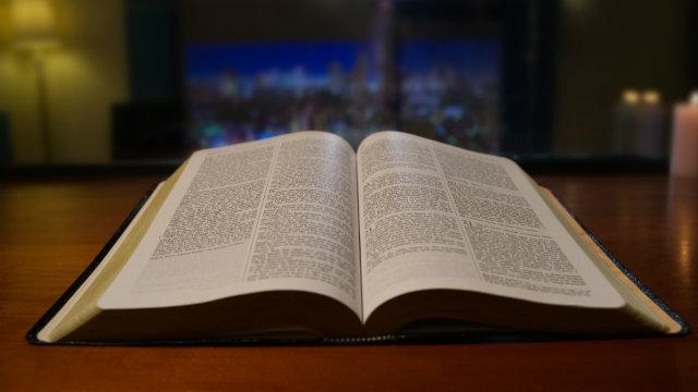 A Bíblia foi compilada pelo homem, não por Deus; a Bíblia não pode representar Deus