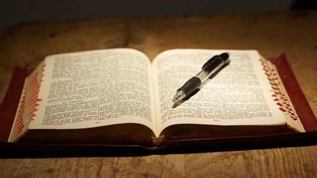 Secretária, bíblia e caneta