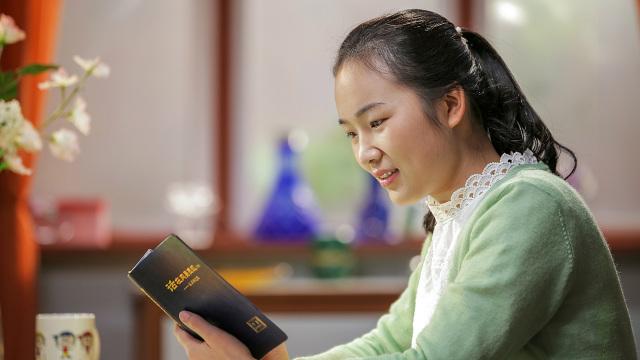 Cristãos estão lendo a Palavra de Deus