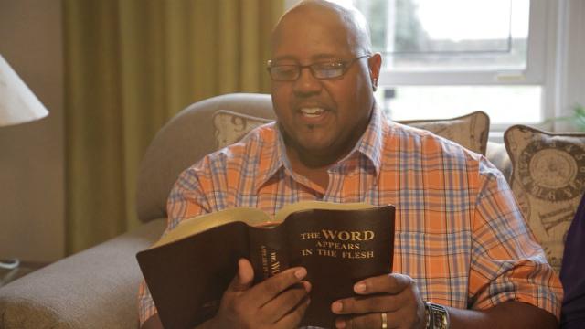 Cristão lendo a Palavra de Deus