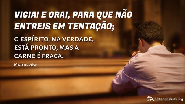 Cristãos oram a Deus na igreja