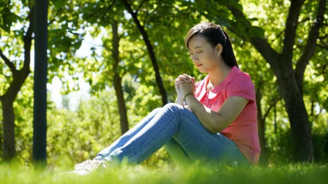 Imagem de um cristão orando a Deus